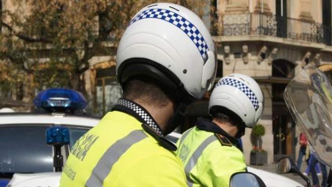 Dos agentes de la Guardia Urbana.