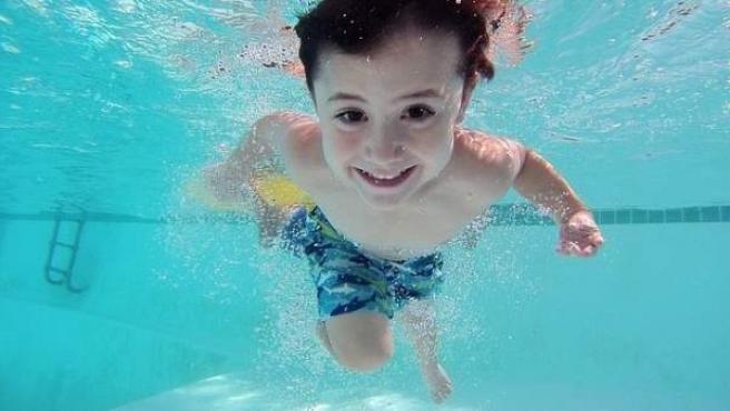 Un niño en una piscina.