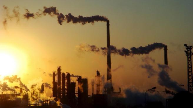 Imagen de archivo de una planta química.