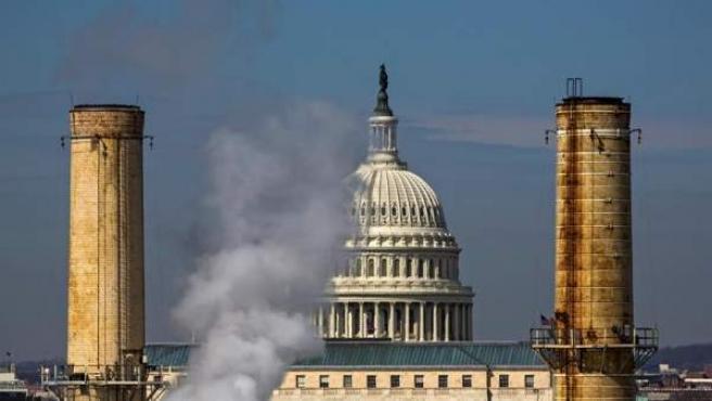 El humo de una fábrica junto al Capitolio, en Washington DC (Estados Unidos), en una imagen de archivo.
