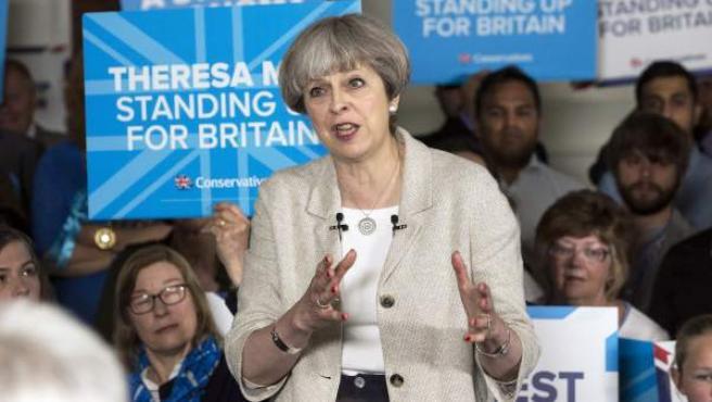 La primera ministra británica y líder del Partido Conservador, Theresa May (c), interviene durante un acto de campaña en el club Thornhill de cricket y bolos en Dewsbury, Reino Unido.