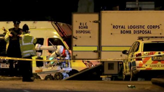 Un robot de desactivación de bombas del Real Logistic Corps (RLC) es descargado en el exterior del recinto del Manchester Arena.