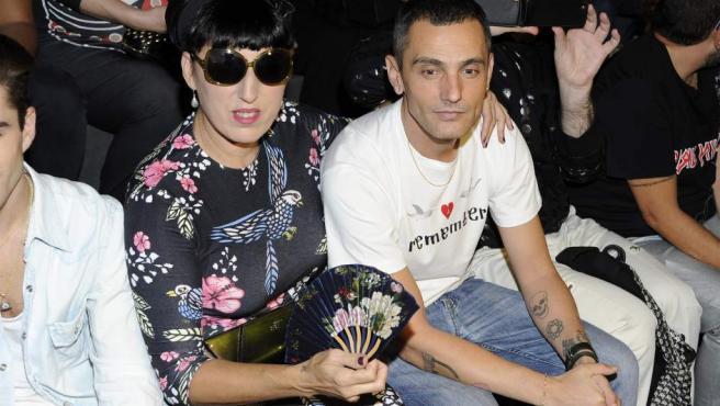 David Delfín junto a la actriz Rossy de Palma en la Madrid Fashion Week de 2013.