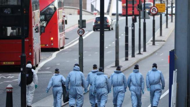 Los forenses investigan el atentado en Londres.