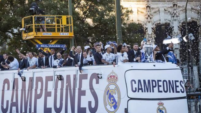 El autobús descubierto con los jugadores del Real Madrid, a su llegada a la madrileña plaza de Cibeles para celebrar con los aficionados madridistas el título de Champions.