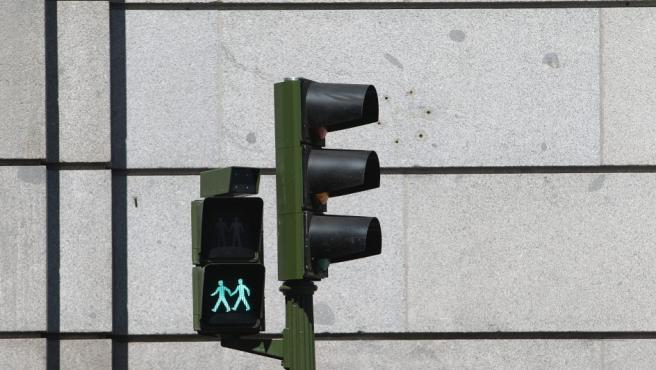 Imagen que muestra uno de los semáforos con parejas LGTB instalados por el Ayuntamiento de Madrid por el World Pride.