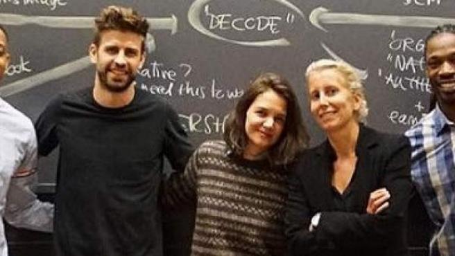 El futbolista Gerard Piqué, la actriz Katie Holmes y la profesora del máster, Anita Elberse.