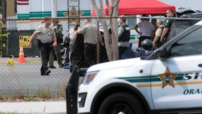 La policía bloquea la entrada principal de una empresa de Orlando (Florida) en donde un exempleado mató a varias personas.