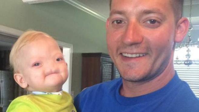 Eli Thompson, nacido con una enfermedad rara, en brazos de su padre, Jeremy Finch.