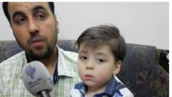 A la izquierda, Omran Daqneesh tras un bombardeo en Siria. A la derecha, con su padre diez meses después.