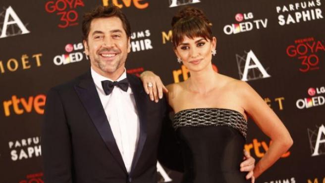 Javier Bardem y Penélope Cruz, con un precioso diseño Versace atelier, posaron juntos en el photocall antes de la gala de los Goya.