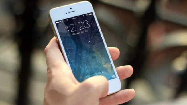 Una mujer maneja un smartphone en una imagen de archivo.