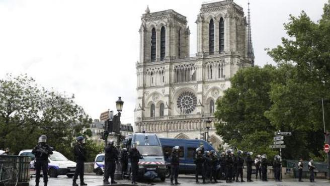 Agentes de la policía de París acordonan la catedral de Notre Dame.