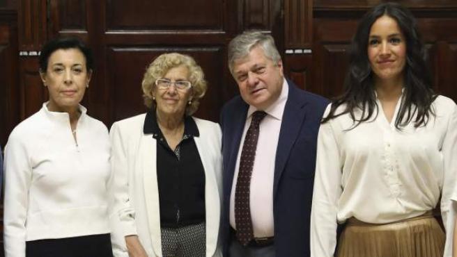 Antonieta Mendoza y Leopoldo López, padres del opositor venezolano Leopoldo López, flanquean a Manuela Carmena, alcaldesa de Madrid. A la derecha, Begoña Villacís, portavoz municipal de Ciudadanos.