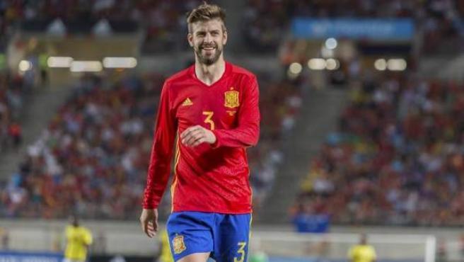 El defensa de la selección española de fútbol Gerard Piqué, durante el encuentro amistoso que las selecciones de España y Colombia disputaron en el estadio Nueva Condomina, en Murcia.