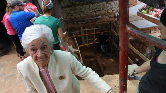 La hija del sindicalista fusilado, Ascensión Mendieta, en la segunda exhumación en busca de los restos de su padre, Timoteo, en el cementerio de Guadalajara.