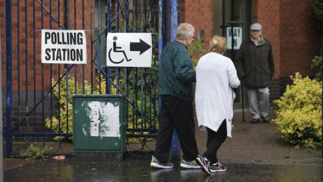 Dos personas acuden a votar a un colegio electoral en Belfast (Reino Unido).