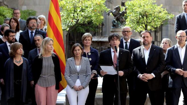 """El presidente de la Generalitat, Carles Puigdemont (c), ha anunciado que piensa convocar para el próximo 1 de octubre, sin el aval del Gobierno del Estado, un referéndum sobre la independencia de Cataluña, con la pregunta: """"¿Quiere que Cataluña sea un Estado independiente en forma de república?"""""""