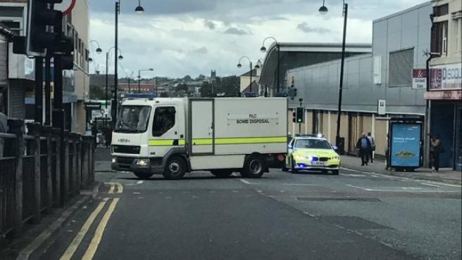 Imagen que muestra a un camión de artificieros de la Policía inglesa en el lugar donde un hombre, armado con un cuchillo, ha retenido a varios rehenes en Newcastle.