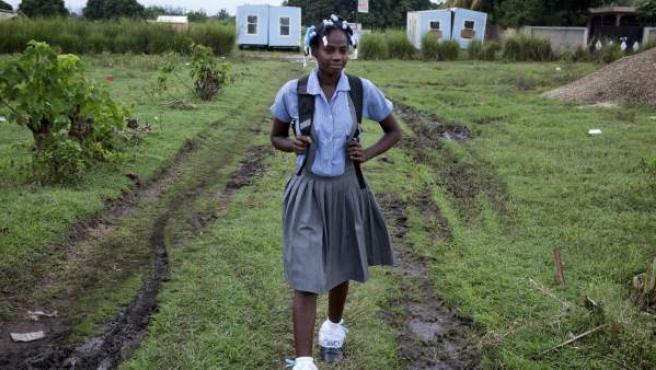 Junia Delcé, de 15 años, va a sexto curso en el Colegio Mixto l'Avenir, en Léogâne. Empezó a ir a la escuela con 10 años, ya que antes sus padres no se lo podían permitir.