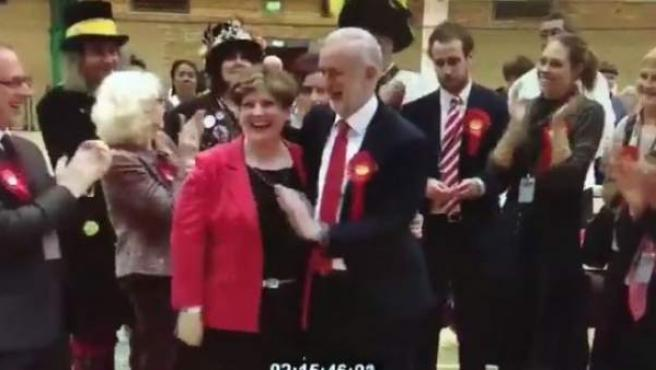 El intento de 'choca esos cinco' de Jeremy Corbyn tras las elecciones en Reino Unido.