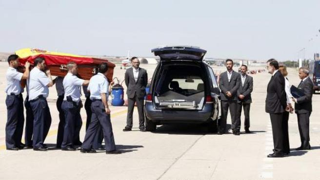 El presidente del Gobierno, Mariano Rajoy, a la llegada del féretro de Ignacio Echeverría, el joven fallecido en los atentados de Londres.