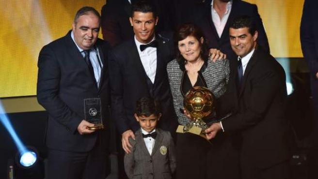 Cristiano Ronaldo posa con el Balón de Oro, su madre, su hijo y otros familiares.