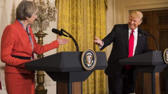 Theresa May, primera ministra del Reino Unido, junto a Donald Trump, presidente de Estados Unidos, en la rueda de prensa tras el primer encuentro de ambos mandatarios.