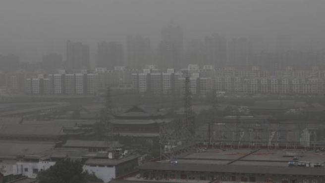 Vista general de varias viviendas afectadas por la contaminación del aire en Pekín.