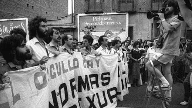 Un momento de la marcha de 1981, una de las primeras manifestaciones LGTBI de Madrid. Fotografía de Antonio Suárez de Arcos / VEGAP
