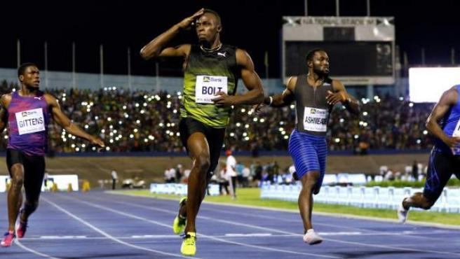 Usain Bolt se lleva la victoria en su última carrera en Jamaica.