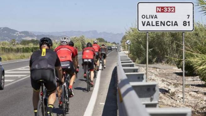 Un grupo de ciclistas circula por la N-332, próximo al punto donde un conductor, que ha dado positivo en drogas, ha atropellado mortalmente a un ciclista.