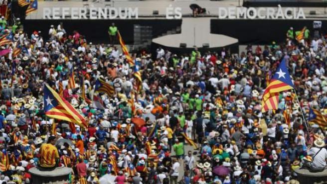 """Partidarios de la independencia de se dan cita en Montjuic dos días después del anuncio de la fecha y la pregunta del referéndum, en un acto con el lema """"Referéndum es democracia"""" convocado por la ANC, Ómnium Cultural y la AMI."""