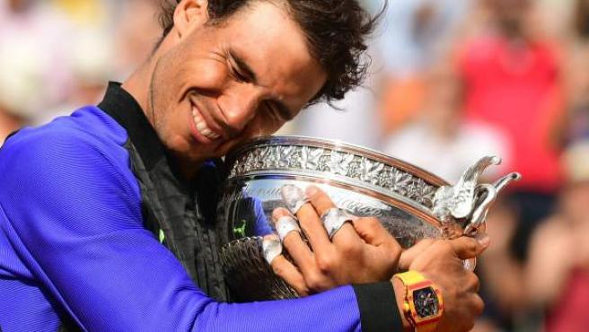 Nadal abraza su décimo trofeo de Roland Garros.