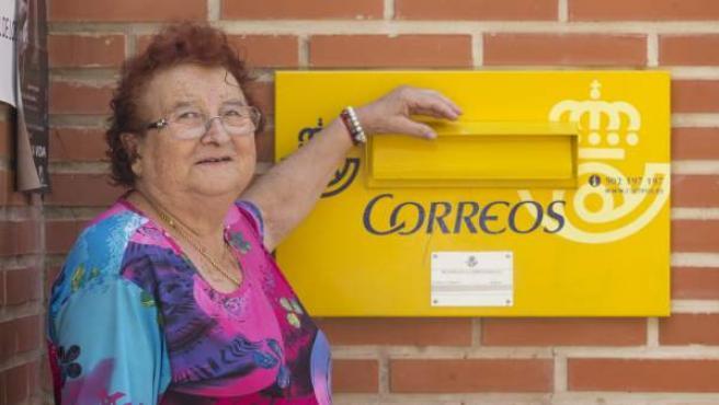 La que fuera la primera cartera de España, Josefina Vicente Alcaráz, posa junto a un buzón de Correos en la Pedanía Murciana de Algezares.