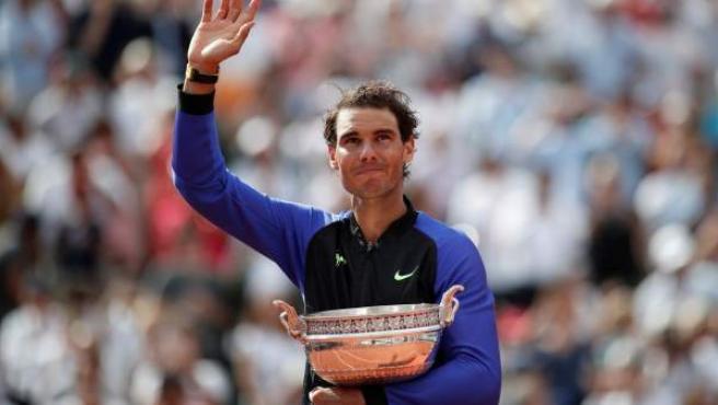 Rafa Nadal con su décimo trofeo de Roland Garros.