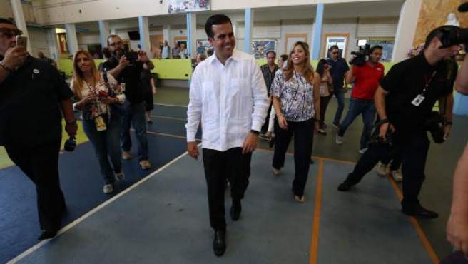 El gobernador puertorriqueño, Ricardo Rosselló, y su esposa, asisten a votar este domingo.