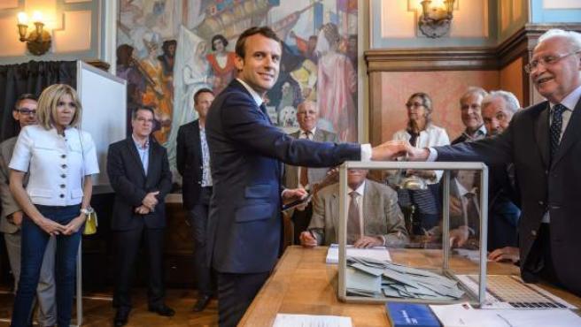El presidente francés, Emmanuel Macron, deposita su voto en la primera vuelta de las elecciones legislativas en Francia.