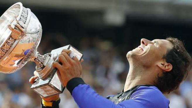 Nadal levanta la copa de Roland Garros 2017.