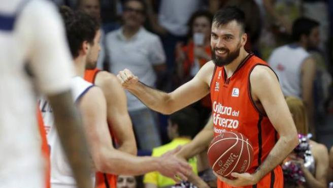 El ala pívot del Valencia Basket Pierre Oriola, durante el segundo encuentro de la final de la ACB frente al Real Madrid en el Palacio de los Deporte.