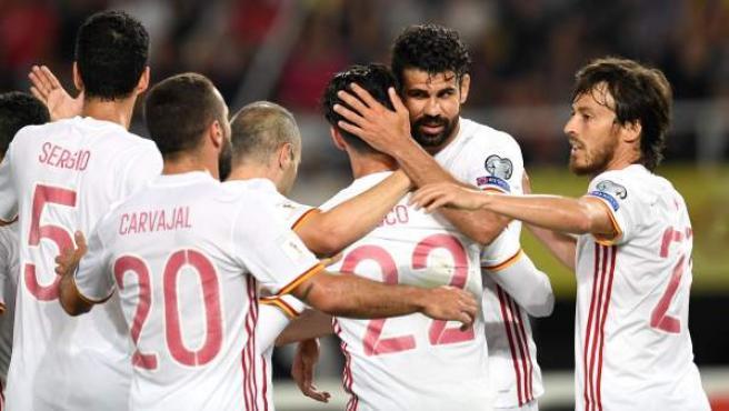 Los jugadores de la selección española celebran uno de los goles ante Macedonia.