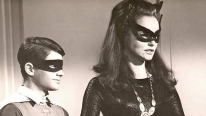 Robin y Catwoman se despiden de Adam West y su Batman