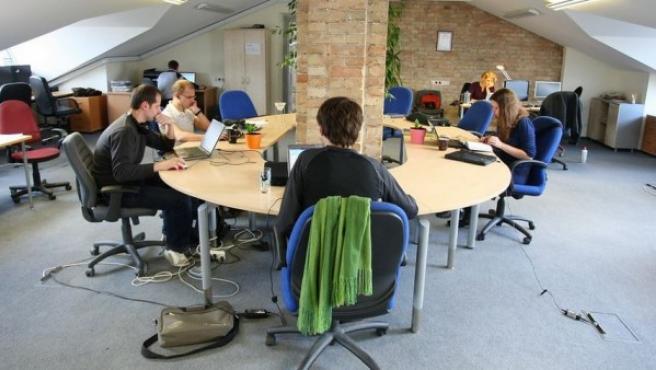 Un grupo autónomos trabajando en un coworking.