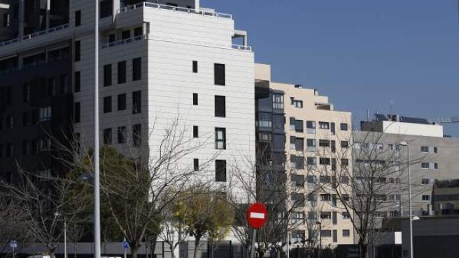 Imagen de un bloque de pisos.