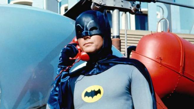 Adam West caracterizado como Batman.