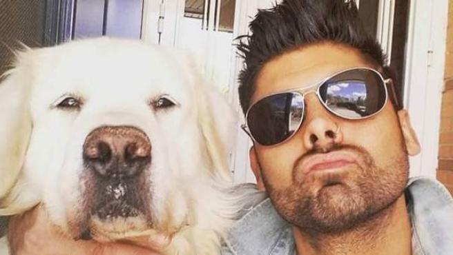El cantautor Javo junto a su perro Jackie.