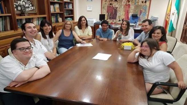 Ruiz (al fondo a la dcha.) durante la visita de los alumnos