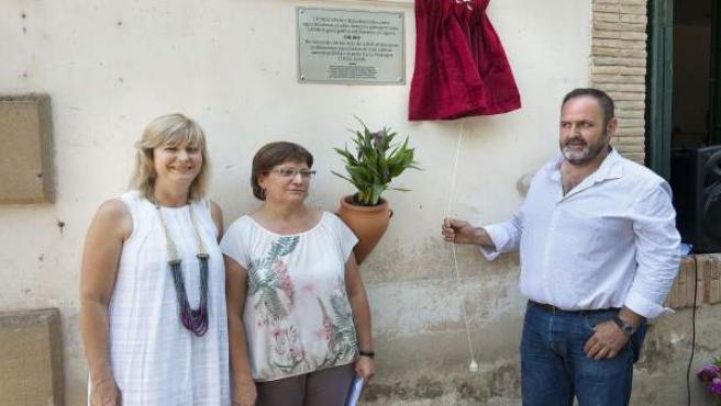 La consejera Ollo, con el alcalde de Roncal y la directora del centro escolar.