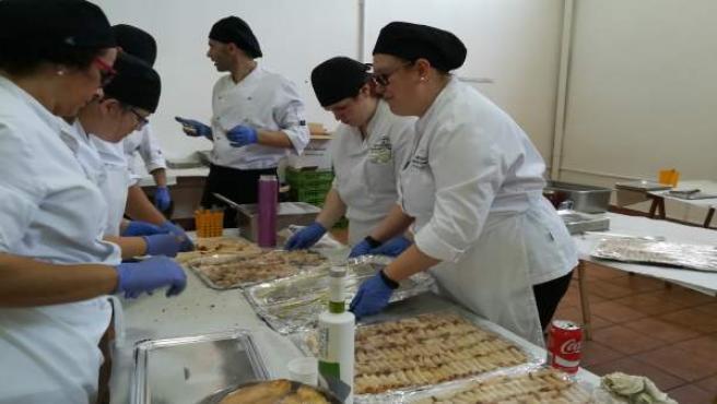 Alumnado preparando los platos