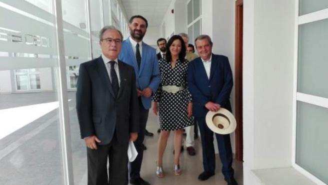 Fernández (2º izda.) con Díaz (izda.) y responsables de la Junta en Córdoba